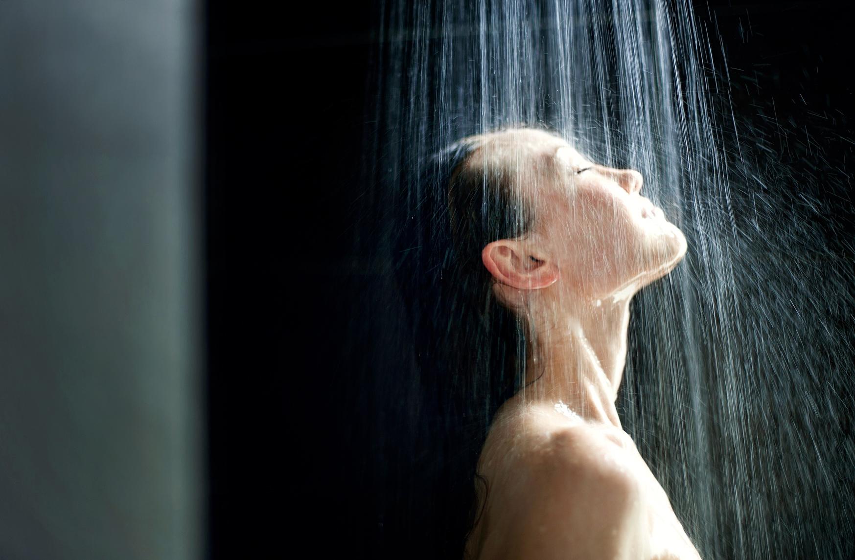 Девушка принимает душ 29 фотография